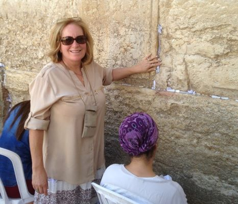 Penny S. Tee putting prayer in Western Wall